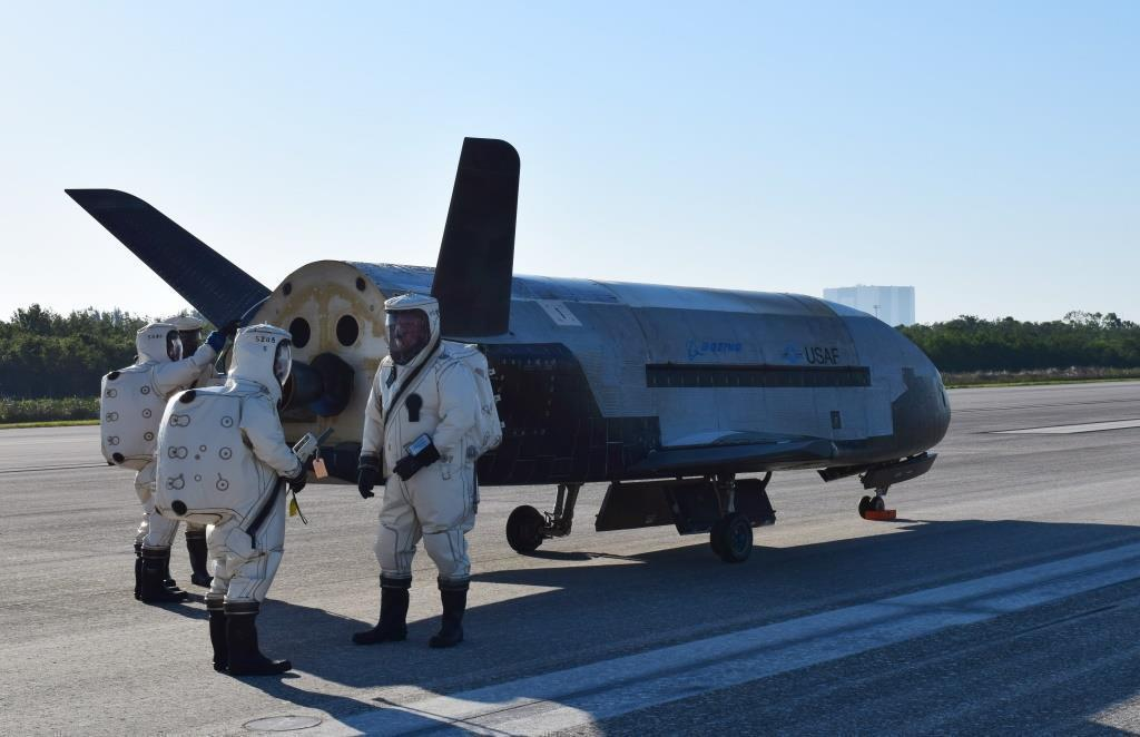 X-37B OTA4 lands at Kennedy Space Center